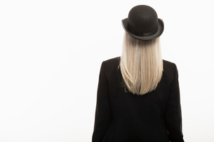 Senior woman with long gray hair wearing hatの写真素材 [FYI02327452]