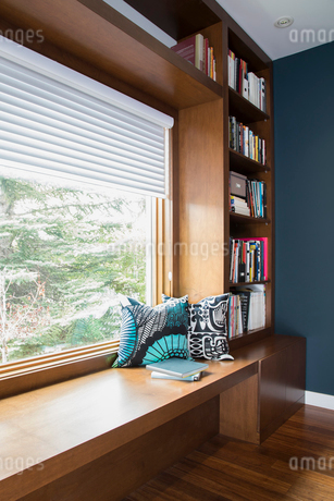 Wooden bench window seat with pillows in home officeの写真素材 [FYI02327474]