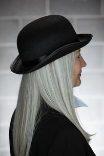 Thoughtful mature senior woman in hatの写真素材 [FYI02327516]