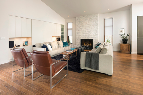 Home showcase living room with fireplaceの写真素材 [FYI02327517]