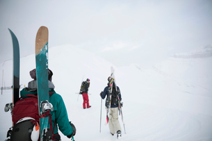 Female skier friends hiking in snowの写真素材 [FYI02327533]