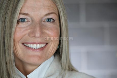 Close up portrait, smiling mature womanの写真素材 [FYI02327567]