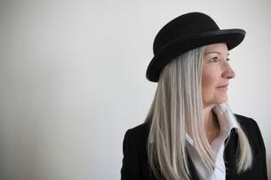 Thoughtful, forward looking senior woman in hatの写真素材 [FYI02327570]