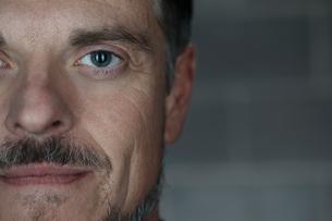 Close up portrait confident mature manの写真素材 [FYI02327627]