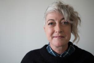 Portrait confident, cool mature womanの写真素材 [FYI02327664]