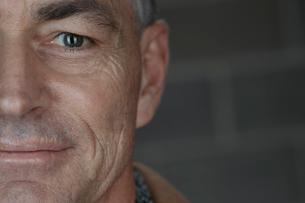 Close up portrait confident mature manの写真素材 [FYI02327694]