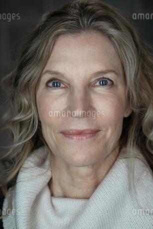Close up portrait confident senior womanの写真素材 [FYI02327795]