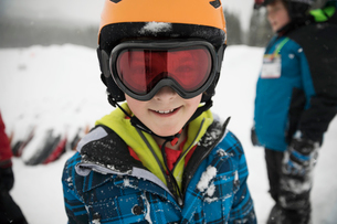 Portrait smiling, confident boy skier in snowの写真素材 [FYI02327836]