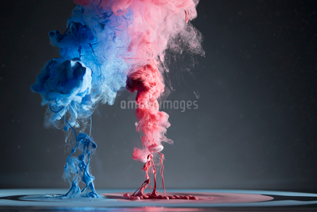 Contrasting creative red and blue liquid smoke mergingの写真素材 [FYI02327864]