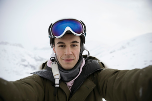 Selfie portrait confident young male snowboarderの写真素材 [FYI02327880]