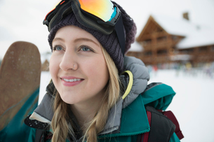 Portrait confident female skierの写真素材 [FYI02327881]