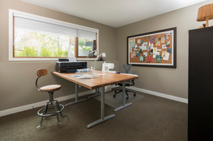 Craft room with table, sewing machine and bulletin boardの写真素材 [FYI02328025]