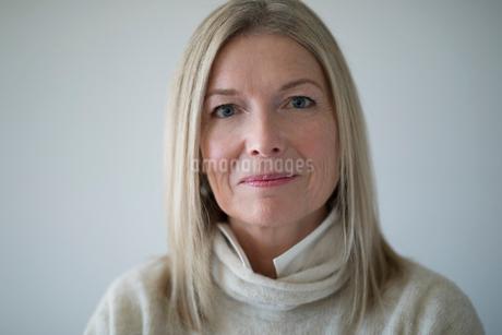 Portrait confident mature womanの写真素材 [FYI02328059]