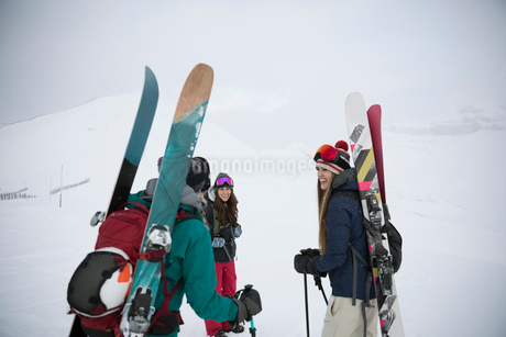Female skier friends hiking in snowの写真素材 [FYI02328155]