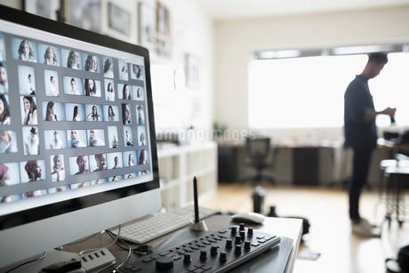 Digital photo proofs on computerの写真素材 [FYI02328203]