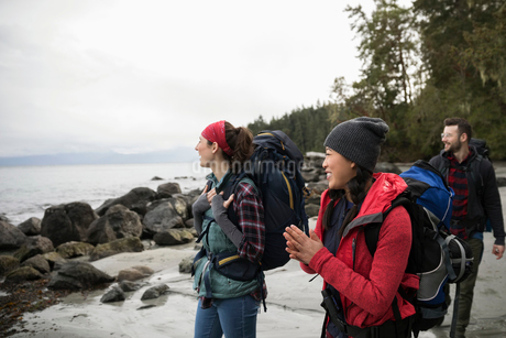 Friends backpacking on rugged beachの写真素材 [FYI02328512]