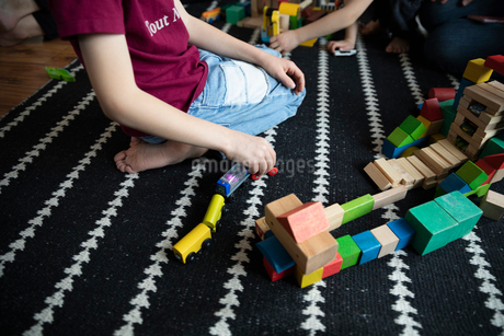 Boy playing with toys on rugの写真素材 [FYI02328527]