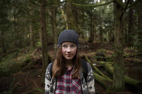 Portrait teenage girl hiking in woodsの写真素材 [FYI02328555]