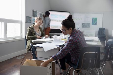 Female activist sorting paperwork in officeの写真素材 [FYI02328600]