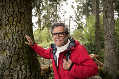 Portrait confident active senior man hiking in woodsの写真素材 [FYI02328648]