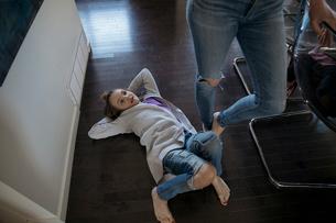 Girl laying on floorの写真素材 [FYI02328742]