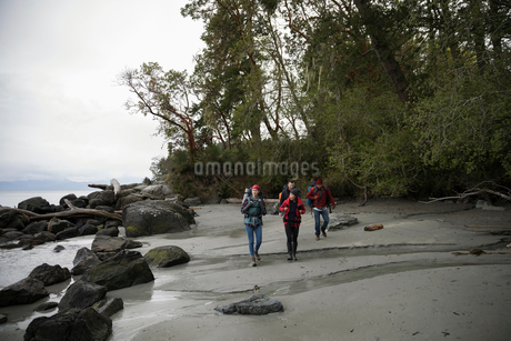 Friends backpacking on rugged beachの写真素材 [FYI02328947]
