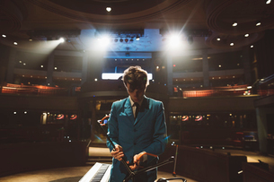 Rockabilly musician preparing on stageの写真素材 [FYI02329137]