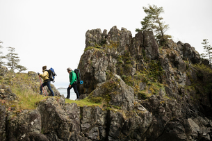 Active senior couple backpacking on cliff trailの写真素材 [FYI02329142]