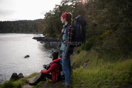 Female backpackers enjoying ocean viewの写真素材 [FYI02329236]