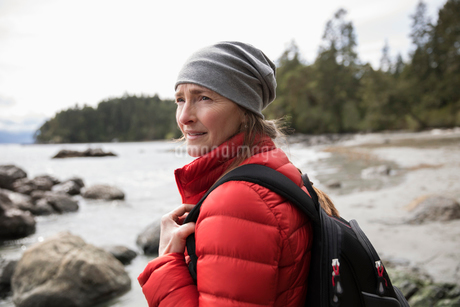 Woman backpacking on rugged beachの写真素材 [FYI02329243]