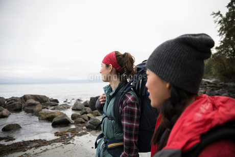 Friends backpacking on rugged beachの写真素材 [FYI02329468]