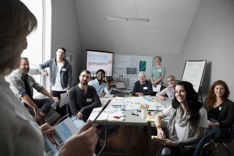 Female city planner leading meeting with volunteers in officeの写真素材 [FYI02329487]