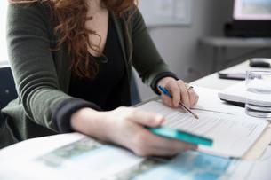 Businesswoman reviewing paperwork contractの写真素材 [FYI02329672]