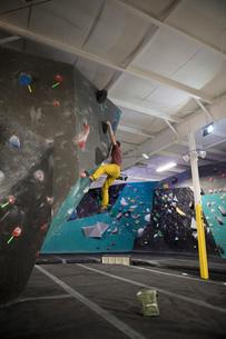Rock climber climbing wall at climbing gymの写真素材 [FYI02329816]