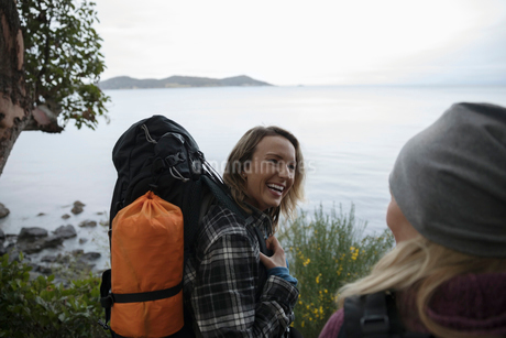 Happy mother and daughter backpacking along oceanの写真素材 [FYI02329844]