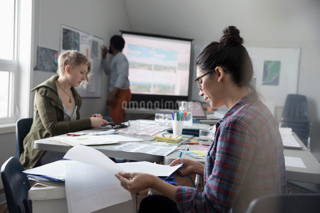 Female activist reviewing paperwork in officeの写真素材 [FYI02329973]