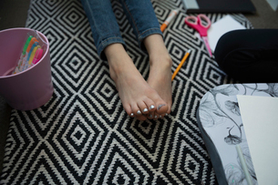 Close up barefoot girl with silver toenail polishの写真素材 [FYI02330005]