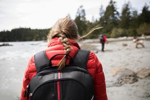 Woman backpacking on rugged beachの写真素材 [FYI02330036]