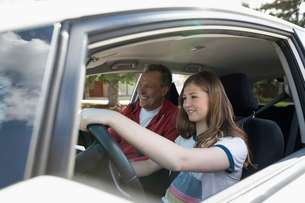 Father teaching tween daughter how to drive carの写真素材 [FYI02330162]