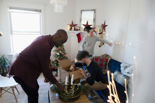 Millennial friends decorating living room for Christmasの写真素材 [FYI02330348]