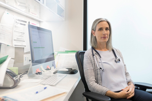 Portrait confident female doctor in clinic officeの写真素材 [FYI02330395]
