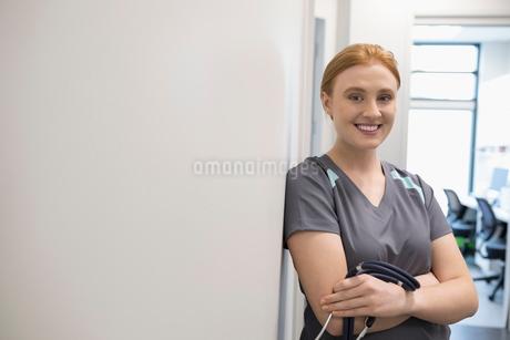 Portrait confident female nurse in clinic corridorの写真素材 [FYI02330717]