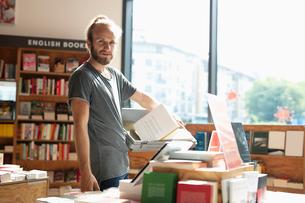 Portrait man working in bookstoreの写真素材 [FYI02330724]