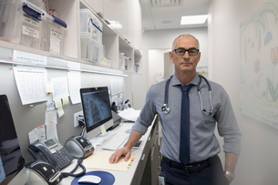 Portrait confident male doctor in clinicの写真素材 [FYI02330764]