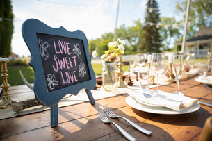 Love Sweet Love blackboard sign on wedding reception patio tableの写真素材 [FYI02330922]
