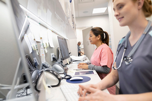 Female nurses using computers in clinicの写真素材 [FYI02331044]