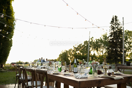 Wedding reception table in rural gardenの写真素材 [FYI02331140]