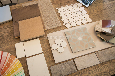 Interior design tile, wood floor, carpet and paint samples on tableの写真素材 [FYI02331152]