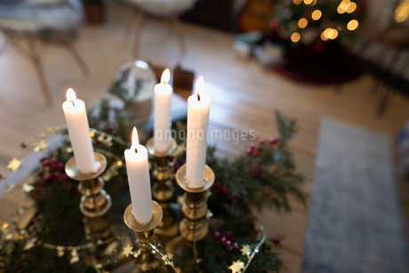 Advent candles in Christmas living roomの写真素材 [FYI02331318]