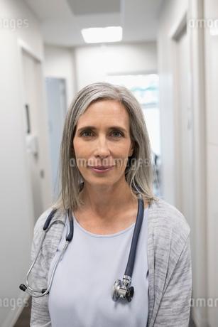 Portrait confident female doctor in clinic corridorの写真素材 [FYI02331437]